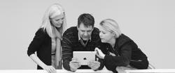 Billeder af tre personer, der ser på tablet