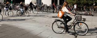 Cyklende studerende foran Solbjerg Plads