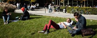 Studerende på grønt areal ved Solbjerg Plads