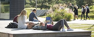 Students reading outside CBS Solbjerg Plads