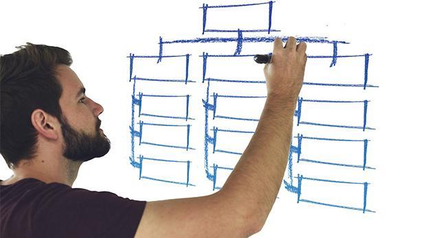 Mand skriver på whiteboard