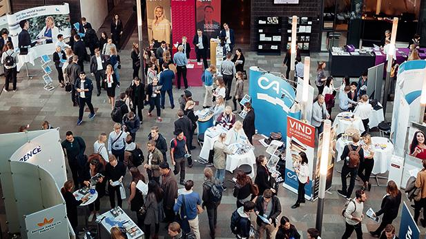 Karierremesse i forhalen på Solbjerg Plads