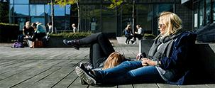 Studerende foran CBS ved Solbjerg Plads