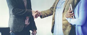 To mænd giver hånd