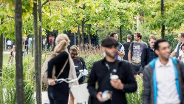 cbs_students_walking_between_solbjerg_and_kilen