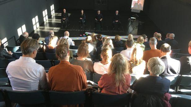 """Forestilling: """"Fra Tromsø til Tokyo?! Hvem bestemmer?"""" Et teaterstykke om bl.a. at sætte medarbejderne fri til at handle og om beslutningsprocesser"""