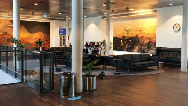 Foto af CBS Biblioteks lounge og flotte malerier af Nina Sten-Knudsen