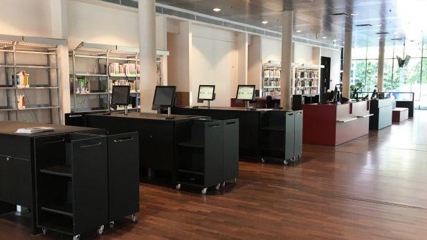 Foto af CBS biblioteks selvbetjeningsområde og skranker som det ser ud før ommøbleringen